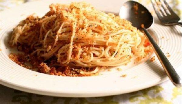 Gli Spaghetti alla Gennaro, citati più volte da Totò, riproposti nel libro di ricette della figlia Liliana. Un piatto semplice, veloce ma molto saporito.