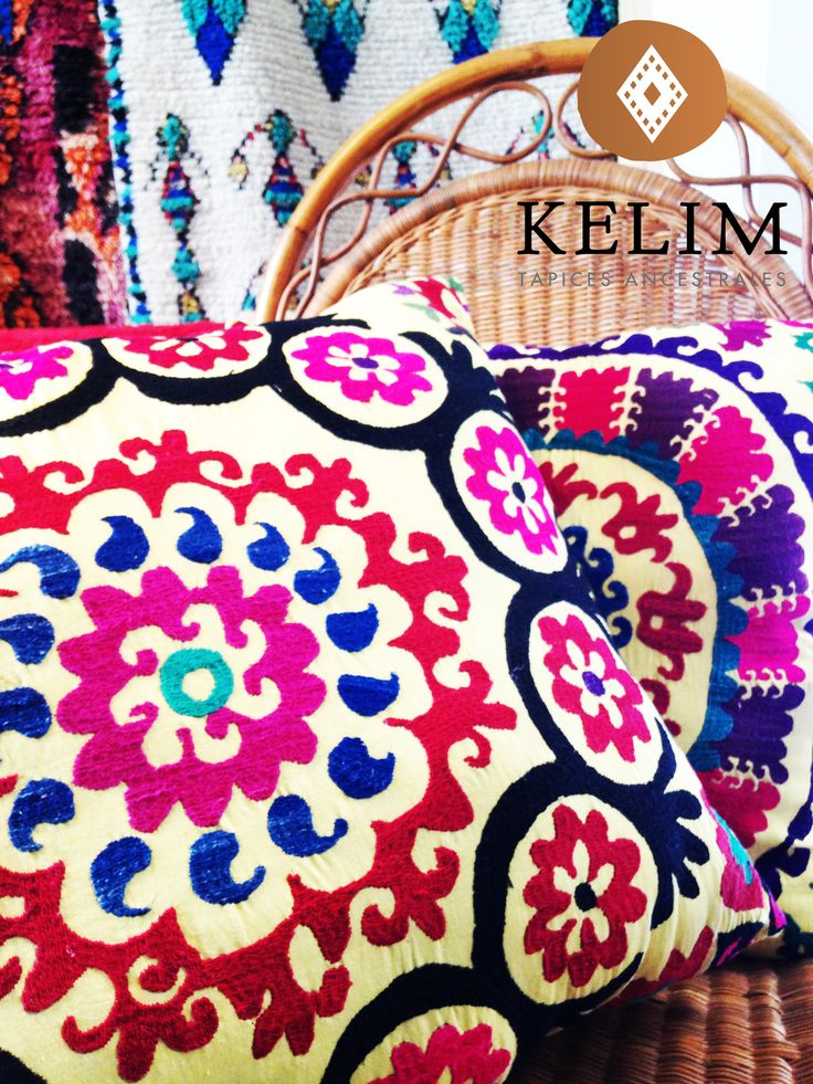 Cojines hechos de Suzanis; son una tela de algodón, lino o seda bordada con hilo de seda que representan una manifestación artesanal que nacieron en las tribus nómadas de Asia Central. Su nombre proviene de la palabra persa suzan, aguja.  Este precioso suzani tiene 50 años de antigüedad y el contraste de colores es simplemente maravilloso. Úsalo para decorar tus sillones, muros o como piecera para tu cama.