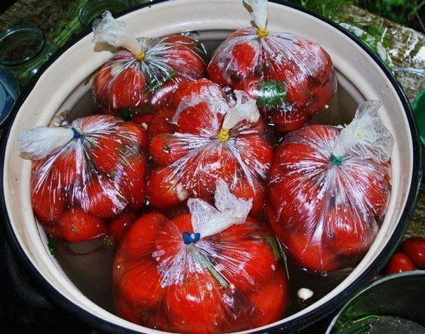 Помидоры в пакетах. Ингредиенты: -1 кг. помидор -1 ст. л. соли -1 ч. л. сахара -Укроп, -1-2 г. чеснока. Приготовление: 1. Необходимо выбрать томаты примерно одно размера, чтобы помидорчики просоли…