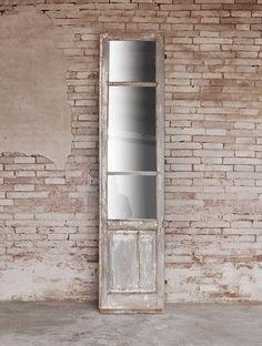 Interior design recupero antico finestrone in legno trasformato in bellissimo specchio da appendere o da tenere a terra. dimensione: 223 cm x 51 cm x 6 cm SESTINI E CORTI
