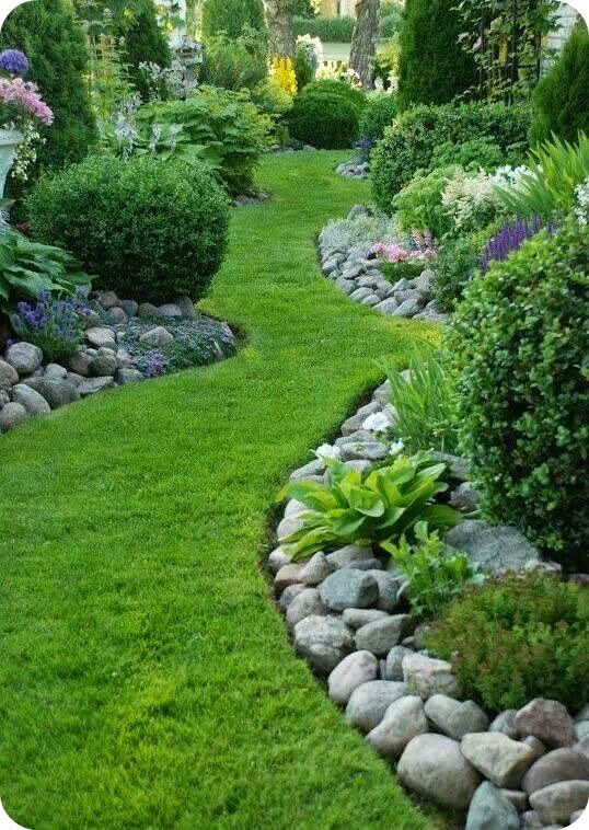 Garden Pathway Idea - this post has a lot of great ideas for landscaping your yard and garden - via Toves Sammensurium: 5 om dagen...