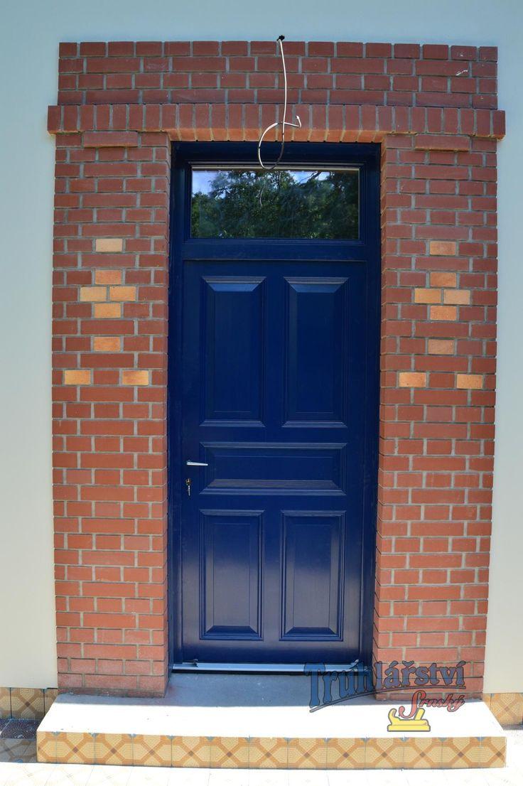 Dveře vstupní, jednokřídlé v rámové zárubni s nadstvětlíkem, smrk, nátěr modrou krycí barvou.