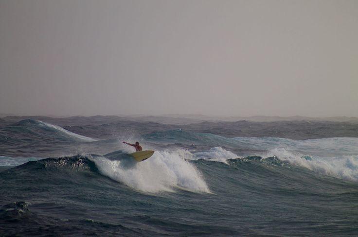 Besos de viento y mar olas han de crear ..................... Fot.: RMiller #pohoiki #hawaii #eeuu #usa #tormenta #storm  #surf #surfing #surfer #surfstyle #ola #wave #agua #water #oceano #ocean #mar #sea #deporte #sport #naturaleza #nature #musica #music .....................  The Bloody Beetroots Maskarade - Wolfpack