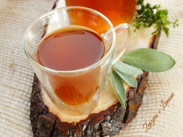 Questa bibita al tè verde con menta e salvia è una bevanda semplicissima da preparare in casa e dai molteplici benefici! Ottima fredda!