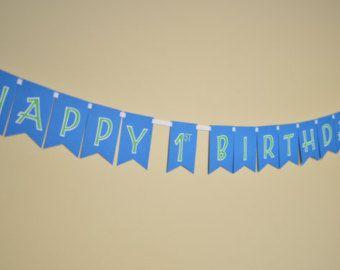 Listo para enviar!  El complemento perfecto para la fiesta de cumpleaños de su hijo! Coincide con un montón de temas de fiesta y es reutilizable año tras año. Colgar en la fiesta y utilizar como telón de fondo para fotos de cumpleaños!  Banderines de arpillera cosidos a una ajuste de la guita. Letras de tela ortografía Feliz cumpleaños en una variedad de colores y estampados, incluyendo color de rosa, púrpura, amarillo, azul, turquesa y coral.  Toda bandera es de 2 piezas. Feliz 28 pulgadas…