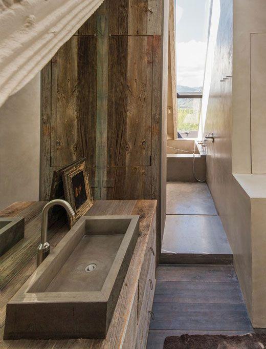 salle de bain style chalet en montagne avec bois et pierre