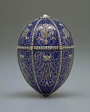 """Entre los materiales usados por Faberge figuran metales como  el oro  platino  plata  cobre  níquel  paladio  acero  que fueron combinados en distintas proporciones con el fin de conseguir diferentes colores para la """"cáscara"""" del huevo."""