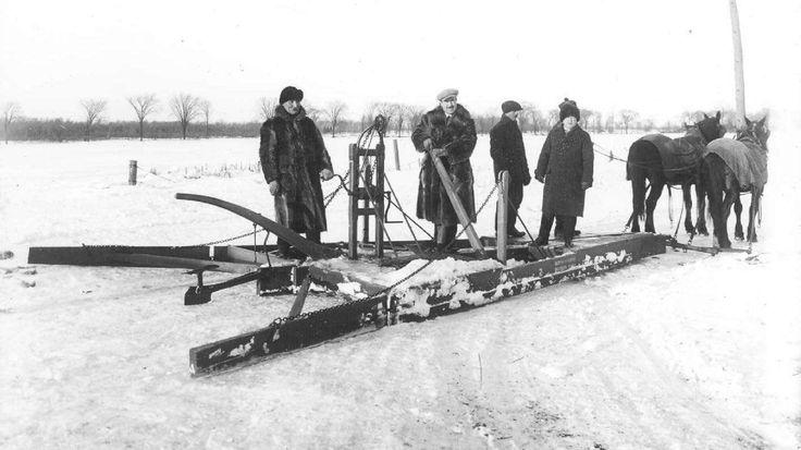 Chasse-neige tiré par des chevaux, décennie 1930 - Archives de la Ville de Montréal.