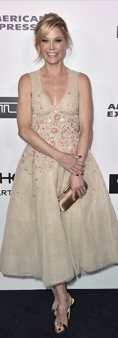 Who made Julie Bowen's rose gold sandals, jewelry, and tan dress?