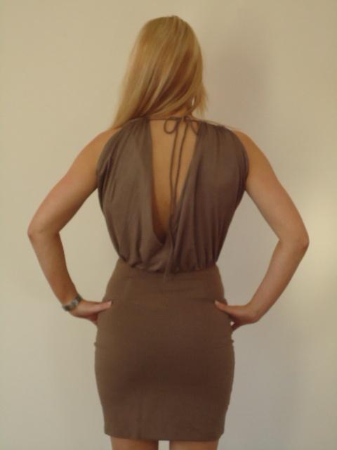 Jacky Luxury jurk; Taupe jurkje met open rug. | FASHION OBSESSION