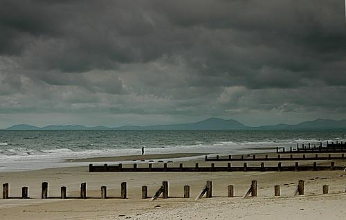 Donkere wolken boven het strand.  (De visser en zijn vrouw)
