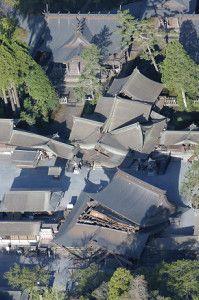 大きく倒壊した阿蘇神社(16日午前7時19分、熊本県阿蘇市で、読売ヘリから)=中司雅信撮影