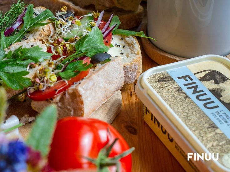 Zioła, szczególnie z własnej uprawy podkreślają smak nie tylko dań głównych, ale i kanapek! Bazylia, tymianek, pietruszka, oregano - które z nich dodajesz do pieczywa z masłem najczęściej? #finuu #finuupl #kanapki #sniadanie #sandwich #opensandwich #inspiracje #vegetables #finland #finlandia #breakfast #herbs