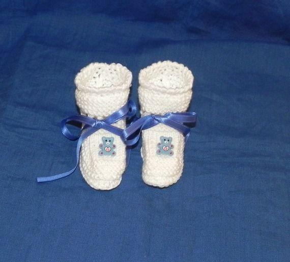 Scarpette realizzate ai ferri in lana bianca con orsetto azzurro