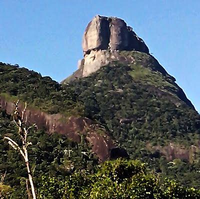 Foto da Pedra da Gávea que bati de dentro do ônibus no dia 06/07/13.