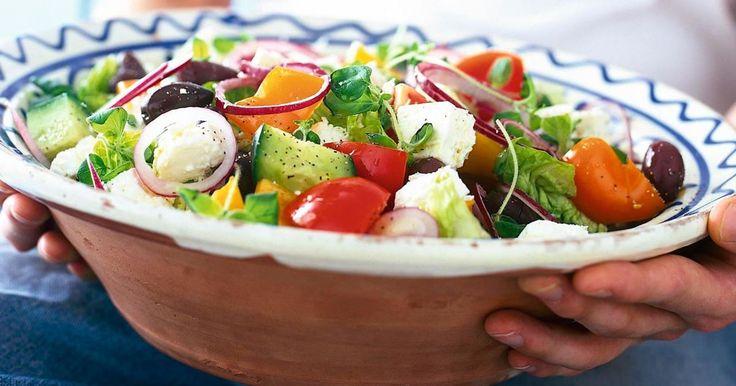 Kreikkalainen salaatti on klassikko ympäri maailman. Se sopii esimerkiksi alkuruoaksi tai kevyeksi lounaaksi.