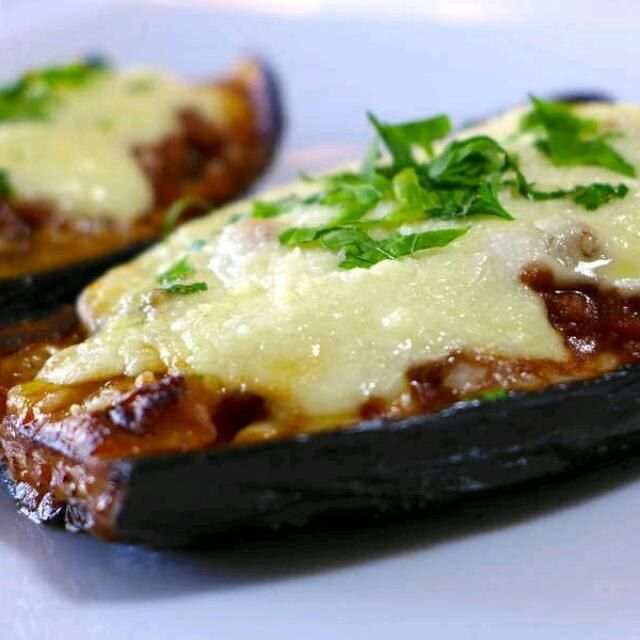 Greek Stuffed Eggplant Recipe Ingredients  5 eggplants 500g minced beef 1 large red onion, finely chopped 2 cloves of garlic, finely chopped 1 glass of red wine 1 tin chopped tomatoes or tomato juice ( 1 cinnamon stick 1 tsp oregano 100g grated kefal