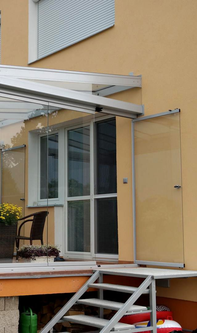 Pořiďte si zastřešenou balkonovou terasu a získejte tak další plnohodnotnou místnost, kterou můžete využívat po celý rok! (zastřešení, terasa, balkon, bydlení, panelový dům, nový, moderní). Od Profiltechnik.
