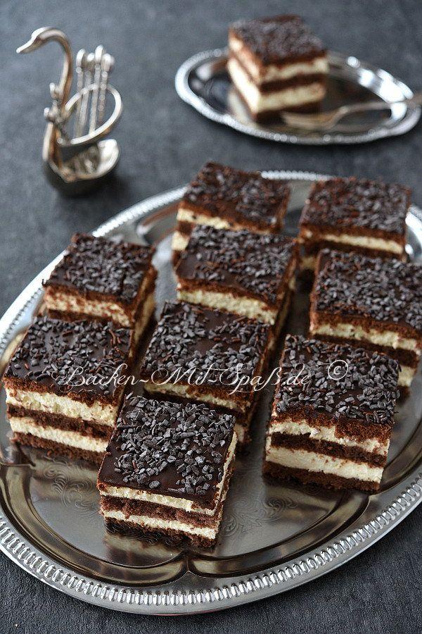 Ein sehr saftiger Schokoladenkuchen mit richtig viel Alkohol. Der Kuchen besteht aus zwei dunklen Biskuitböden und Kakao- Keksen geschichtet mit...