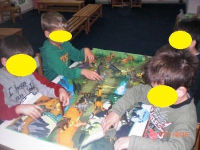 Ανεβάζω κάποιες φωτογραφίες από το πως επεξεργαστήκαμε τους δεινόσαυρους φέτος.   Η αρχή έγινε με τον αγαπημένο μας πλέον κύριο Δεινοσαυρ...