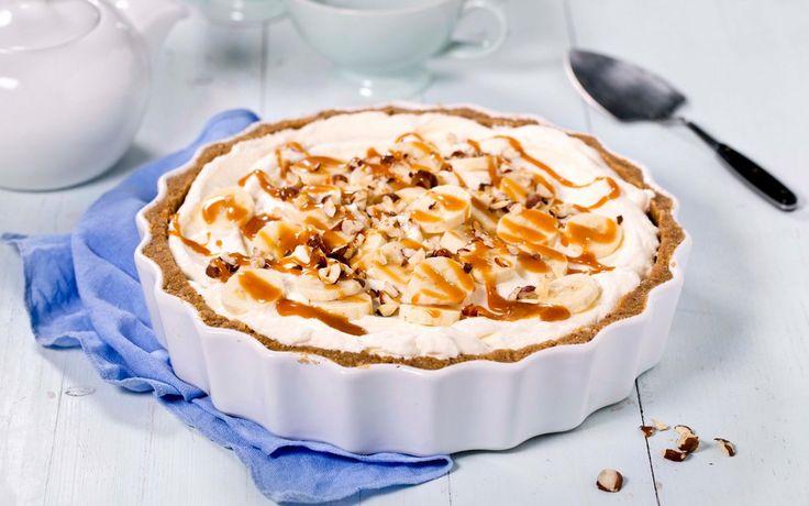 En engelsk dessertklassiker, der navnet består av hovedingrediensene: bananer og toffee (karamellkrem) i en pai. Enklere blir det nesten ikke.