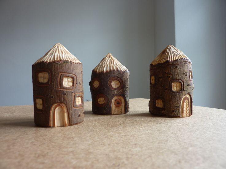 Drei Häuser Drei geschnitzte Häuser aus massivem Naturholz mit …