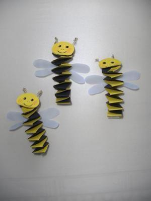 Bijtjes van muizentrapjes. Als er meerdere bijtjes gemaakt worden, kun je er een mobile van maken.