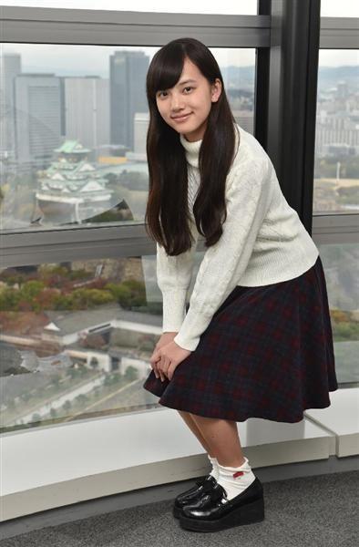 ミニスカート姿の清原果耶さん