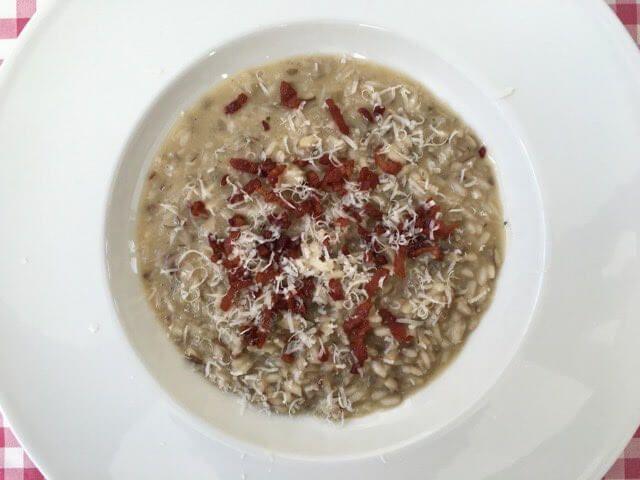 Ook de lekkerste risotto met spekjes en champignons maak je natuurlijk gewon zelf. Bekijk dit lekkere risotto recept op AllesOverItaliaansEten.nl!