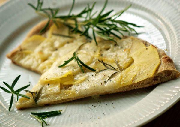 Hvid Pizza som smager helt vidunderligt og med lækre toppings på. På kartoffelpizza er brugt kartoffel, rosmarin og en god frisk mozzarella. Se opskrift og billeder