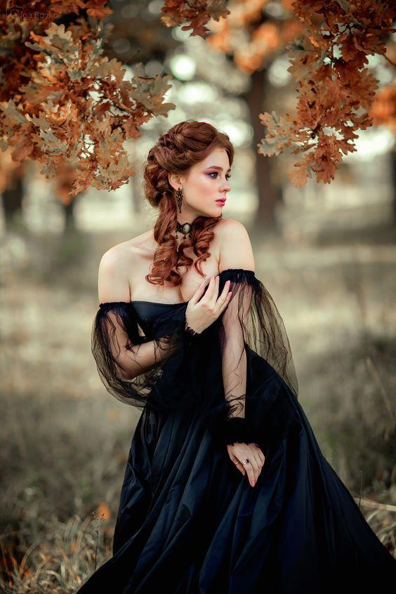 Рыжая в черном платье фото