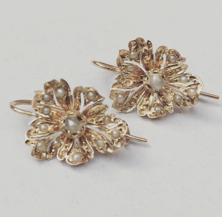 Beautiful antique 14 carat gold flower-shaped earrings adorned with tiny pearls. These gorgeous pieces of jewellery were made in the period 1853-1906. Truly one of a kind! #goldbergjuweliers #goldbergjuwelers #antique #antiquejewelry #pearls #14caratgold #earrings #golden #oneofakind #pearlearrings #flowerearrings