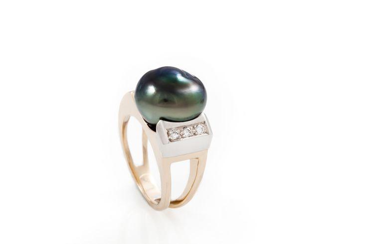 Bague or 14K, diamants et perle de Tahiti baroque.
