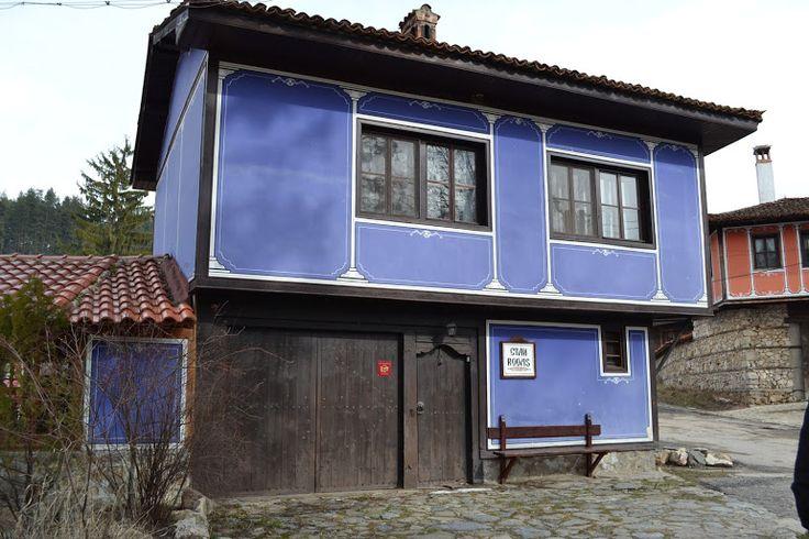 Casa antigua con fachada rustica de color azul fachada for Fachadas de casas rusticas