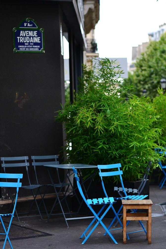 #Terrasse de café avec mobilier d'extérieur #Bistro #Fermob www.fermob.com / #terrace #outdoor #blue