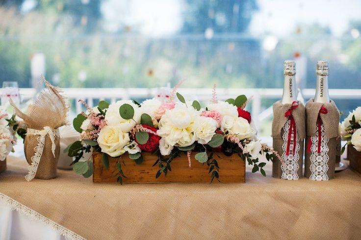 декор президиума, Свадьбы в коричневых тонах, Декор для оформления, Ящик, Мешковина, Элементы декора, Свадьбы в белом цвете, Кружева, Декоративные бутылки, Свадьбы в зеленом цвете, Цветы, Эвкалипт, Букет невесты из пионов, Роза, Свадьбы в красном цвете, Свадьбы в розовом цвете, Астильба, Украшение зала на свадьбу, Оформление свадьбы цветами, Рустик свадьбы (рустикальные)