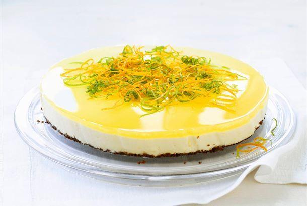 Sitrusrahkakakku ✦ Kakku kuuluu juhlavaan kahvipöytään. Sitruunan ja suklaan yhdistelmä on raikkaan herkullinen. http://www.valio.fi/reseptit/sitrusrahkakakku/ #resepti #ruoka