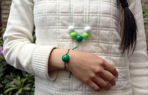 Lav selv disse enkle sommerhalskæder og armbånd med store farverige kugler.  Mix selv farverne på kryds og tværs og få dit eget smykke som passer til dit tøj og humør.