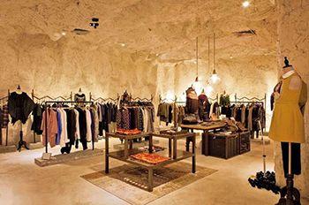 Boutique prêt-à-porter design inspiré par une grotte