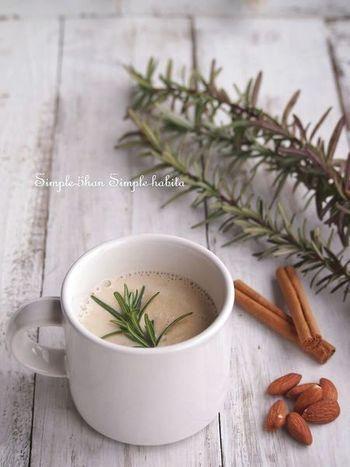 お鍋にいれた豆乳にローズマリーとシナモンを加え、温めます。香りが立って沸騰したら取り出し、攪拌したナッツ類を加えます。とっても香り高い、デトックス効果が期待できるドリンクです。