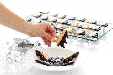 Receta de Galletas Húngaras con Thermomix®. Unas galletas de mantequilla sencillísimas de hacer, bañadas en chocolate. Para disfrutar con los peques.