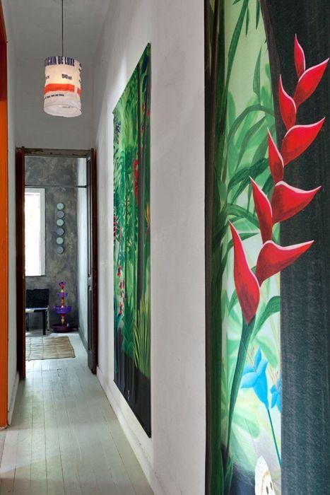 Uno scorcio del disimpegno A colorare il corridoio, lungo e stretto, ci pensano due grandi illustrazioni della foresta tropicale, realizzate da un artista di Rio
