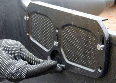 Алюминиевая транцевая пластина регулируемая (черная) DJ1202B_New  Эта алюминиевая транцевая пластина позволяет отрегулировать положение мотора на транце лодки по высоте, одновременно защищая поверхность транца от повреждения пятаками струбцин мотора. Допустимый предел регулировки – +5 +20 мм, т.е. максимальный подъем мотора – до 25 мм. При правильной установке двигателя существенно снижается брызгообразование, а лодка способна развить большую сторость. С инструкцией по регулировке высоты…