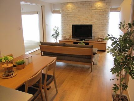 ブラックチェリー色の床材にナラ無垢材の家具で統一したリビングダイニング空間!