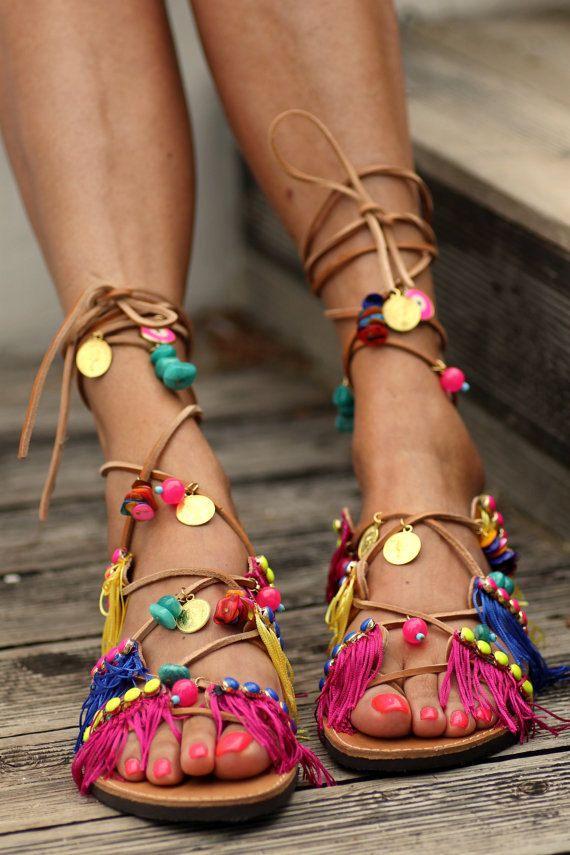 Türkis Steinen, mehrfarbige Fransen (auf den Schuh handgenäht), vergoldet Goldschmuck und bösen Augen. -Größen: 5 bis 11,5 US Womens / 35 bis 42 Europa Sie können überprüfen, welche Größe passt Sie am besten unter diesem Link: http://www.elinalinardaki.com/sizes3.html Jedes Paar Sandalen werden kundenspezifisch konfektioniert. Bitte beachten Sie, dass alle unsere Produkte auf Bestellung gefertigt werden und 10 Tage dauert zu made.* **