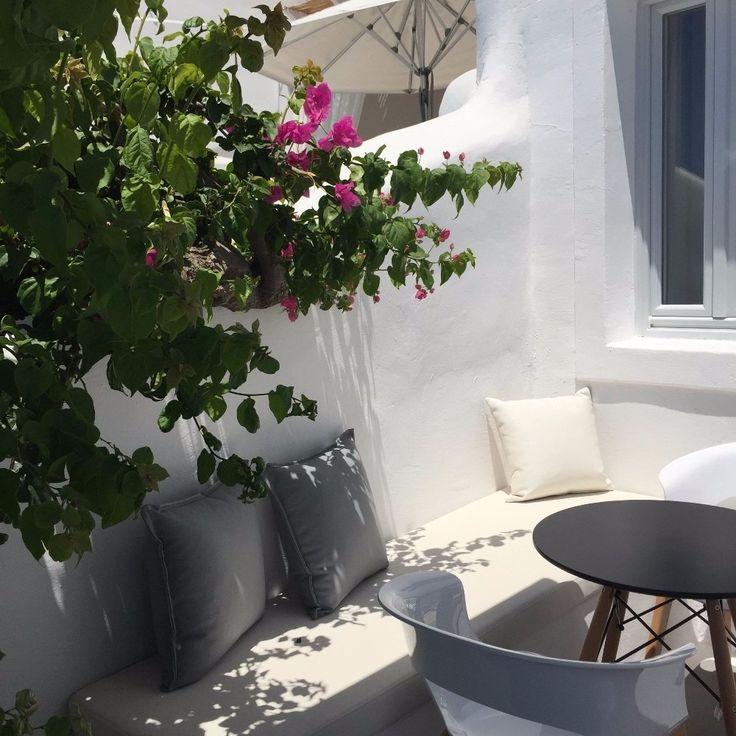 世界一のサンセットを見る!お誕生日旅行!30歳を迎えるという節目である大事な日は初のヨーロッパ、ギリシャへ旅行。アテネ・サントリーニ島で過ごす時間は特別なものに。ジブリの世界に迷い込んだかのように感じる可愛いショップを通り抜けると世界一のサンセットがみられるスポットへ。ホテル・町並み・・・最高!!!という言葉がぴったりなサントリーニ島。可愛い町並み・カジュアルなダイニング【タベルナ】と街自体も楽しめる他、アクロポリスなどの歴史的建築物は歴史の重みを感じる。初めてのヨーロッパ。たくさんのワクワクドキドキやハラハラかんじることができた素敵な旅行。 - 2日目