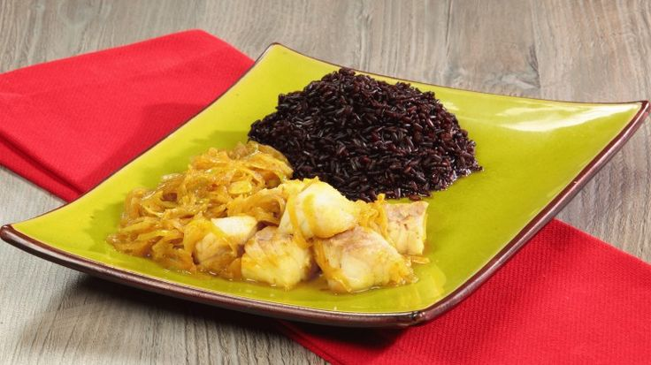 Ricetta Pesce al curry: Il pesce al curry è un piatto da condividere, anche in una cenetta romantica a due.  Il suo aroma e la sua consistenza vellutata sono afrodisiache ed il contorno di riso venere rende il tutto più esotico ed elegante.