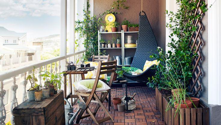 Rymlig balkong med ASKHOLMEN balkongbord och klappstolar i akacia