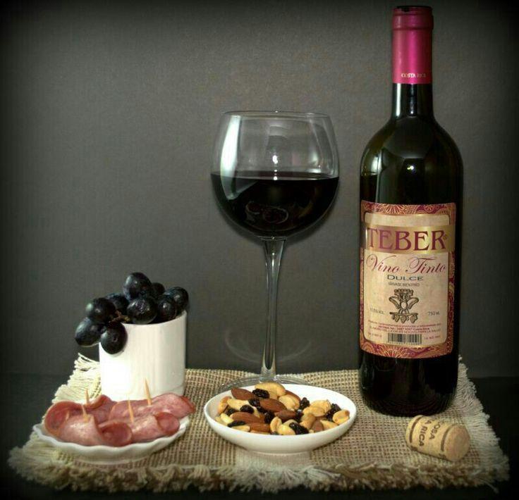 Para percibir mejor el aroma del vino, mueve el vino girando la copa para que quede más expuesto al aire asegurándote de sostener la copa por la base. Huele el vino mientras lo mueves para apreciar todos sus aromas.