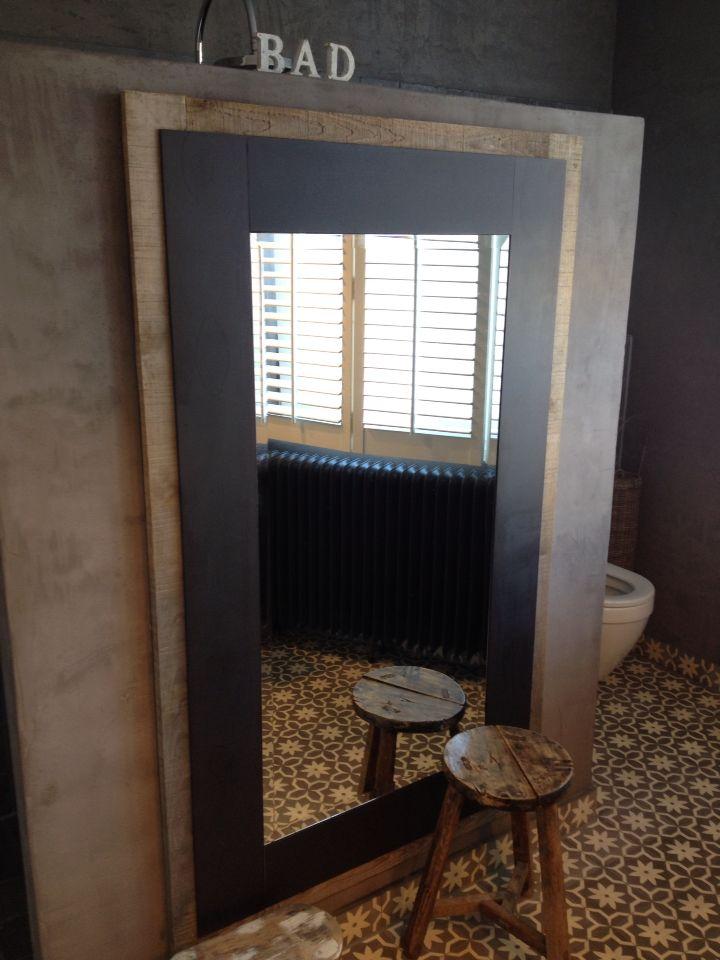 Spiegel van staal en hout